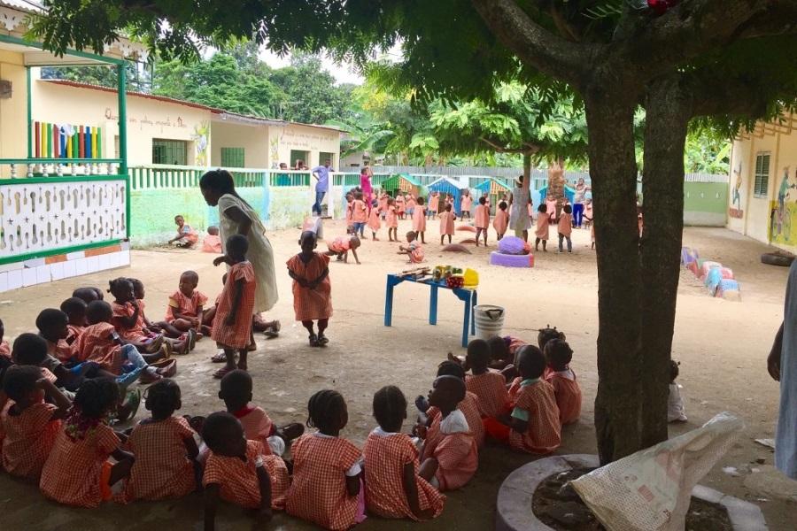 Grupo de crianças sentadas em roda em orfanato - São Tomé e Príncipe